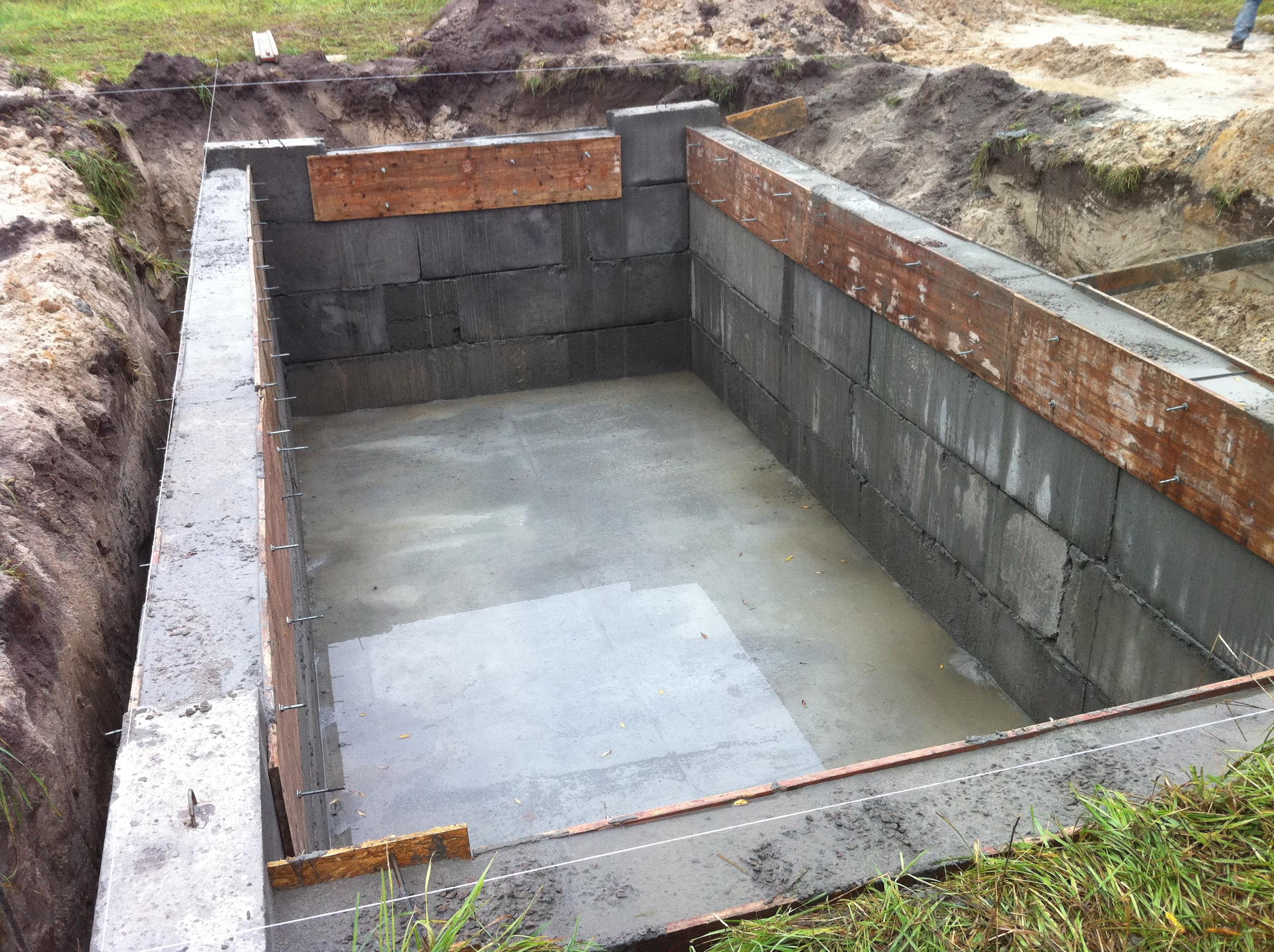 Кладка стен из бетонных блоков.